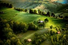 Sera, tramonto sulle colline della montagna del villaggio di Simon Immagine Stock Libera da Diritti