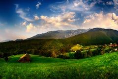Sera, tramonto sulle colline della montagna del villaggio di Simon Fotografie Stock