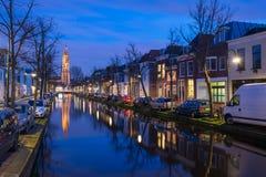 Sera tranquilla dal canale nella città di Delft Immagini Stock