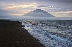 Sera vicino al vulcano Atsonupuri Iturup Immagini Stock