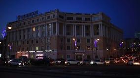 Sera Vladivostok la vigilia delle feste del nuovo anno Via centrale di Vladivostok stock footage