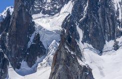Seracs y rocas nevosos del hielo en las partes superiores del macizo de Mont Blanc fotografía de archivo libre de regalías