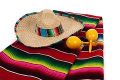 Serape, sombrero et maracas sur un fond blanc Images libres de droits