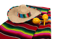Serape, sombrero y maracas en un fondo blanco Imágenes de archivo libres de regalías