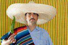 Serape tipico del poncio dell'uomo messicano del pepe caldo del peperoncino rosso Immagine Stock