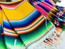 Serapes mexicanos coloridos imagen de archivo