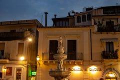 Serata di Sicilia Taormina nel duomo della piazza fotografie stock libere da diritti