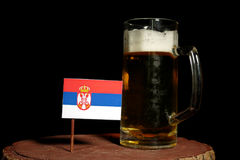 Serb flaga z piwnym kubkiem na czerni Zdjęcia Royalty Free