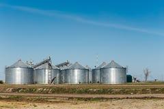 Serbatoi del silo sul fondo del cielo blu Fotografia Stock Libera da Diritti