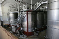 Serbatoi del vino dell'acciaio inossidabile Fotografie Stock Libere da Diritti