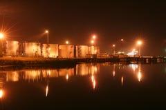 Serbatoi dell'olio di notte nel porto Fotografia Stock Libera da Diritti