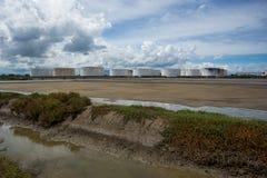 Serbatoi dell'olio in una fila sotto cielo blu, grande carro armato industriale bianco f fotografia stock libera da diritti