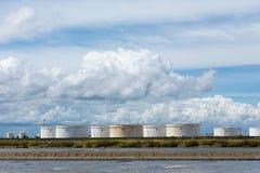 Serbatoi dell'olio in una fila sotto cielo blu, grande carro armato industriale bianco f immagine stock libera da diritti