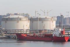 Serbatoi della benzina nel porto marittimo Fotografie Stock