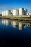 Serbatoi di combustibile sulla banca del fiume Immagini Stock Libere da Diritti