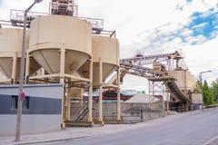 Serbatoi metallici ad una pianta o ad una fabbrica di raffineria Immagine Stock