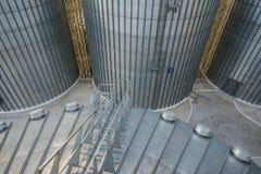 Serbatoi metallici enormi dell'elevatore Fotografia Stock Libera da Diritti