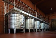 Serbatoi metallici per il processo di fermentazione del vino Fotografia Stock