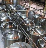 Serbatoi metallici per la fermentazione di birra fotografia stock