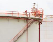 Serbatoio dell'olio con il tubo vivo di colore e scala su fondo bianco Fotografie Stock Libere da Diritti