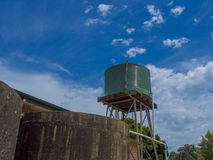 Serbatoio di acqua ondulato verde con cielo blu fotografie stock libere da diritti