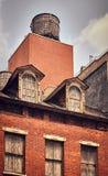 Serbatoio di acqua sul tetto di vecchia costruzione, New York fotografia stock