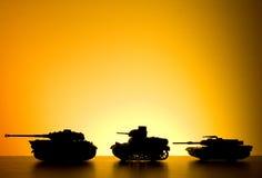 Serbatoio di battaglia sul tramonto fotografia stock