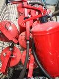 Serbatoio rosso dell'estintore Panoramica di un sistema antincendio industriale potente Attrezzatura di emergenza per l'industria fotografie stock libere da diritti