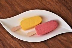 Serbet fruité sur des bâtons Image stock