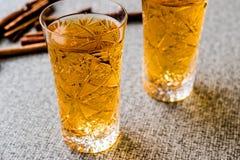 Serbeti de Safran ou de Koruk/sorvete do açafrão com varas de canela Fotos de Stock Royalty Free