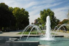 Serbia, Belgrad, parque de Tasmajdan, fonte e igreja da marca de Saint Imagem de Stock Royalty Free