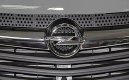 Serbien; Belgrade; April 2, 2017; Slutet upp av den Opel logoen; Den 53rd internationella motoriska showen i Belgrade från mars 2 arkivfoto