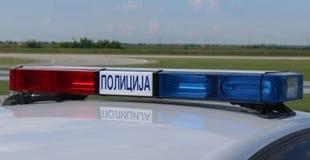 Serbien; Belgrade; Maj 5, 2018; Ett slut upp sikt av den ljusa strålen med röda och blåa för polisbil ljus för siren, på biltaket royaltyfri foto