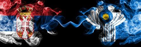 Serbien gegen die rauchigen mystischen Flaggen des Commonwealth nebeneinander gesetzt Dickes gefärbt seidig raucht Kombination de stock abbildung