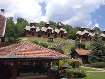 Serbien vått berg, små hus, restaurang, träd, natur, Arkivbilder