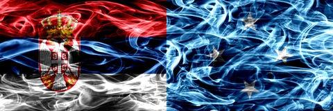 Serbien vs Mikronesien, Micronesian rök sjunker den förlade sidan vid sid arkivfoton