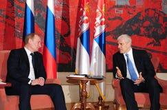 Serbiens Präsident B.Tadic (R) spricht mit Russlands Premierminister V.Putin Lizenzfreies Stockbild