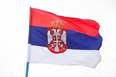 Serbisches fahnenschwenkendes auf Wind im Himmel Lizenzfreies Stockfoto