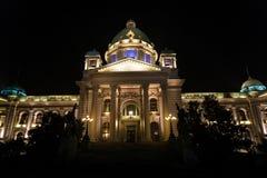 Serbisches Parlament bis zum Nacht stockfoto