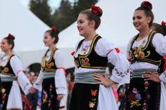 Serbisches Volkstanz-Ensemble stockbild