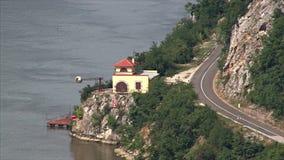Serbisk bank av Donauen arkivfilmer