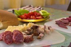 Serbisk frukost med den skivad inhemsk korven, bacon, skinka och ost arkivfoton