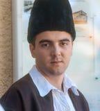 Serbisk herde i traditionell dräkt på en folk festival royaltyfri fotografi