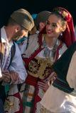 Serbiska folk dansare utför i en show 1 royaltyfria foton