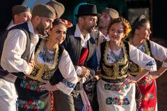 Serbiska folk dansare utför i en show royaltyfri fotografi