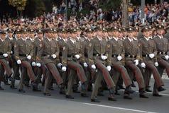 serbiska nya tjänstemän för marsch Royaltyfri Bild