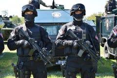 Serbiska polisspecialförbandoperatörer arkivfoton