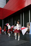 Serbscy majorettes tanczą z flaga Zdjęcia Stock