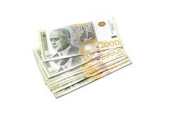 Serbska waluta - rozsypisko 2000 dinarów banknotów obrazy stock