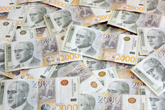 Serbska waluta - rozsypisko 2000 dinarów banknotów obrazy royalty free